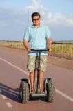 Mannreiten segway Lizenzfreie Stockfotografie