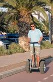 Mannreiten segway Lizenzfreie Stockfotos