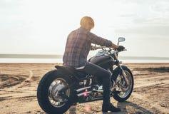 Mannreitmotorrad Stockfoto