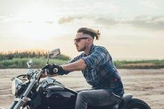 Mannreitmotorrad Lizenzfreie Stockbilder