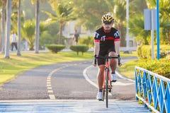 Mannreitmountainbike auf Brückenspur bei Sonnenaufgang an Öffentlichkeits-PA lizenzfreies stockfoto