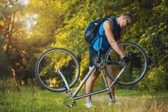 Mannreparatur sein Fahrrad Stockfoto