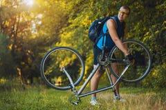 Mannreparatur sein Fahrrad Lizenzfreie Stockfotos