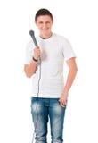 Mannreporter, der ein Mikrofon hält stockfoto