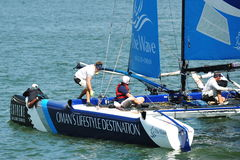 Mannschaft des Wellen-Muscat-Lenkbootes an der extremen segelnden Reihe Singapur 2013 Lizenzfreie Stockbilder