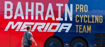 Mannschaftsbus Bahrains Mérida an 100. Autogiro d ` Italien-Eröffnungstag Stockbild