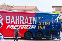 Mannschaftsbus Bahrains Mérida an 100. Autogiro d ` Italien-Eröffnungstag Lizenzfreies Stockfoto