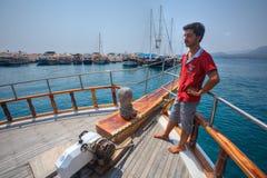Mannschaftsmitglied eines Schiffes bereitet vor sich, am Hafen festzumachen Stockbild