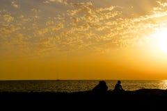 Mannschattenbild auf Riff am Sonnenuntergang Lizenzfreie Stockfotos