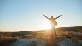 Mannschattenbild, das Abenteuer-Bergsteigersonnenuntergang des Erfolgs Mann-gegen-Mann gehenden touristischen wandernden anstrebt