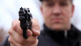 Mannschießen mit Revolver stock video
