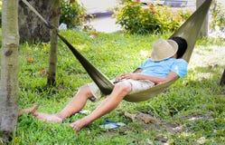Mannschlaf in einer Hängematte Stockfotografie