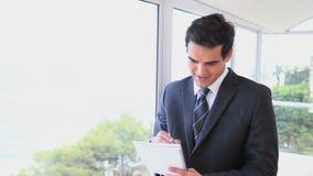 Mannschreiben auf einer Datei stock video footage