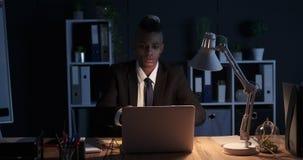 Mannschreiben auf klebender Anmerkung und sie auf Laptop im Nachtbüro spät haften stock video
