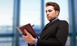 Mannschreiben auf seiner Tagesordnung Stockfoto