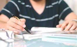 Mannschreiben mit dem Stift Lizenzfreies Stockbild
