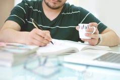 Mannschreiben mit dem Stift Stockfotos