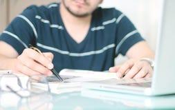 Mannschreiben mit einem Stift Lizenzfreie Stockbilder