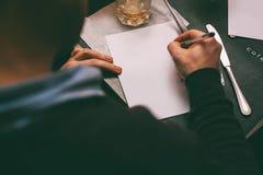 Mannschreibensvertrag auf Tabelle Stockbild