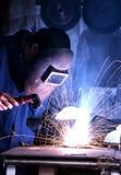 Mannschweißen in einer Werkstatt Stockbilder