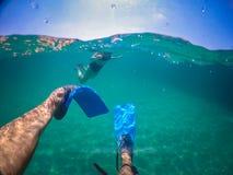 Mannschwimmen auf dem Meer stockbilder