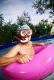 Mannschwimmen in einem tragbaren Swimmingpool stockfoto