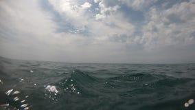 Mannschwimmen im Meerwasser POV stock video