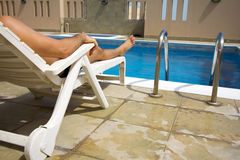 Mannschwimmen am Swimmingpool Lizenzfreie Stockbilder