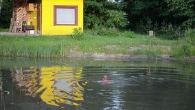 Mannschwimmen-Teichschmutzwasser stock video