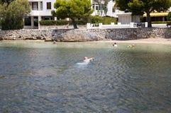 Mannschwimmen, zum in Puerto Pollenca unterzustützen Stockbild