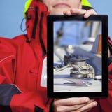 Mannseemann, der Yachtboot auf Tablette zeigt segeln Stockfotos