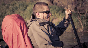 Mannsegeln auf Kanu Stockfotos