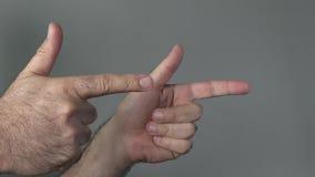 Mannshowgewehre mit seinen Fingern stock video footage