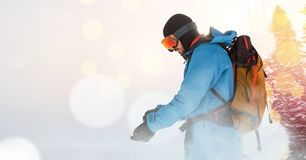 Mannskifahren auf Skisteigung lizenzfreies stockbild