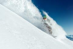 Mannsnowboarder geht sehr schnell in Strom der Schneelawine Lizenzfreies Stockbild
