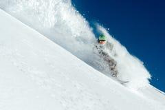 Mannsnowboarder ist gehend sehr schnelles freeride im Strom des Schnees Handels Stockbild