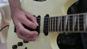 Mannspiel auf E-Gitarre stock video