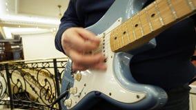 Mannspiel auf Gitarre stock video