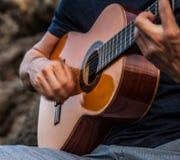 Mannspiel auf klassischer Gitarre. Lizenzfreies Stockbild