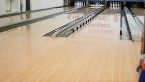 Mannspiel im Bowlingspielverein stock footage