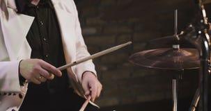 Mannspiele auf den Trommeln eingestellt stock video