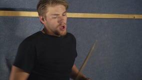 Mannspiele an auf Trommelausrüstung stock video footage