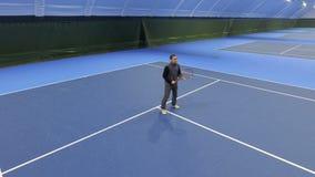 Mannspieltennis am Tennisplatz stock video