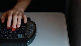 Mannspielvideospiel unter Verwendung der Tastatur stock video footage