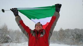 Mannsportfreund von mittlerem Alter, der die italienische Flagge wellenartig bewegt stock video