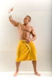Mannsprühdesodorierendes mittel unter seinem Arm lizenzfreies stockfoto