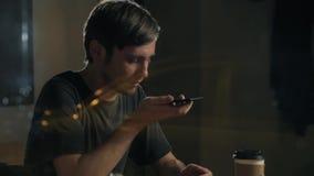 Mannspracherkennung mit intelligentem Telefon in Caférestaurant-Wartebestellung, der männlichen Audiohelfersucher Gebrauchsmittei stock video footage