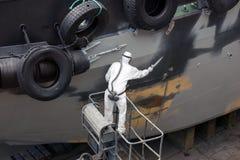 MannSpritzlackierverfahrenhaube des Schiffs Lizenzfreie Stockfotografie