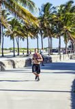 Mannstöße entlang entlang der Promenade am Ozean-Antrieb im Südstrand Stockbilder