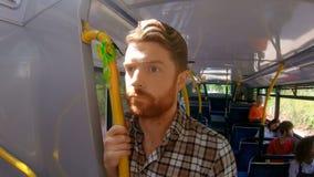 Mannstellung auf einem Bus 4k stock footage